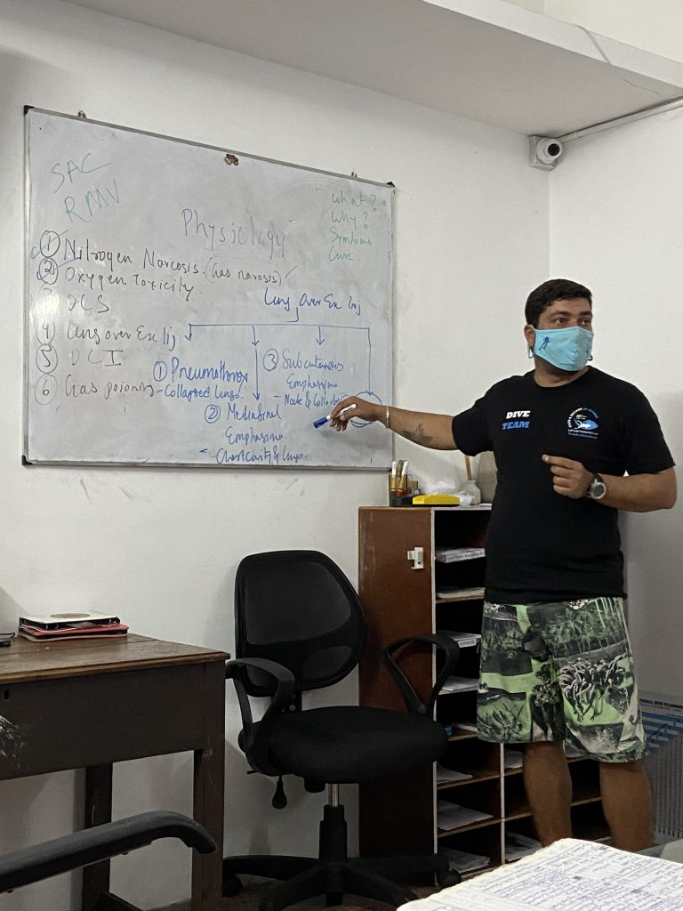 differences between divemasters and instructors